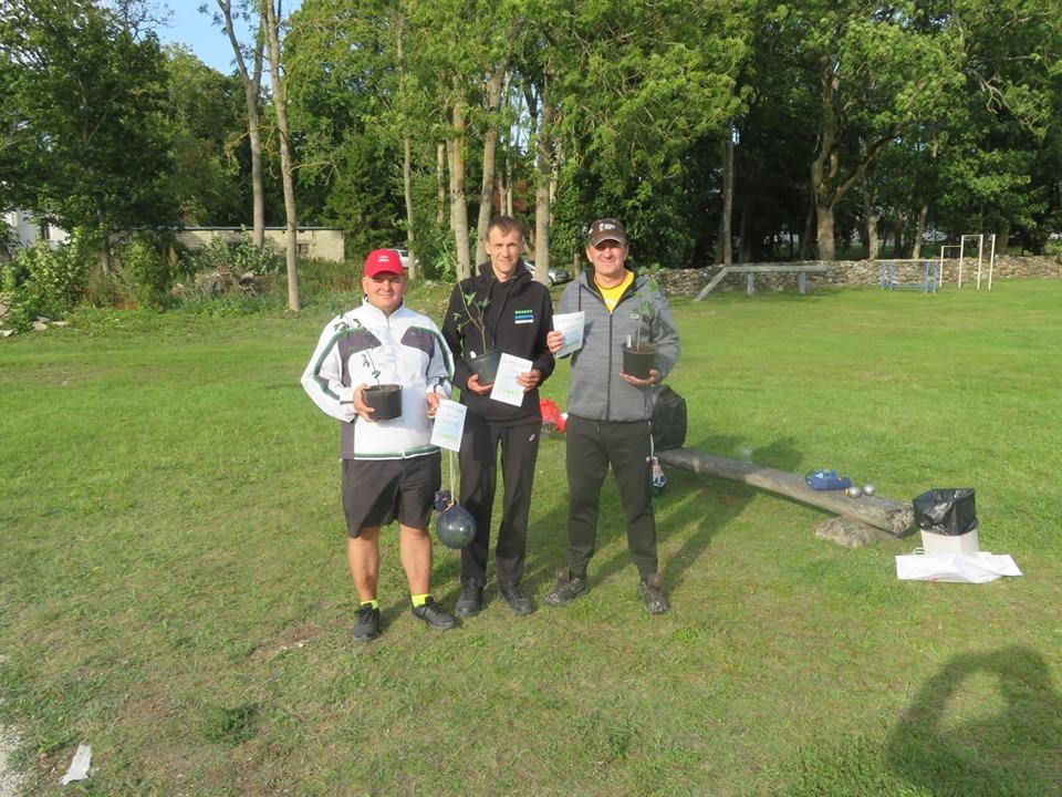 Muhu IV Pulluturniiri võitjatrio: (vasakult) Aare Trave, Siim Sooäär, Gunnar Usin. Annes Vihm