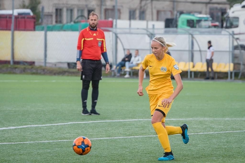 Kristina Teern teel väravale. Alver Kivi
