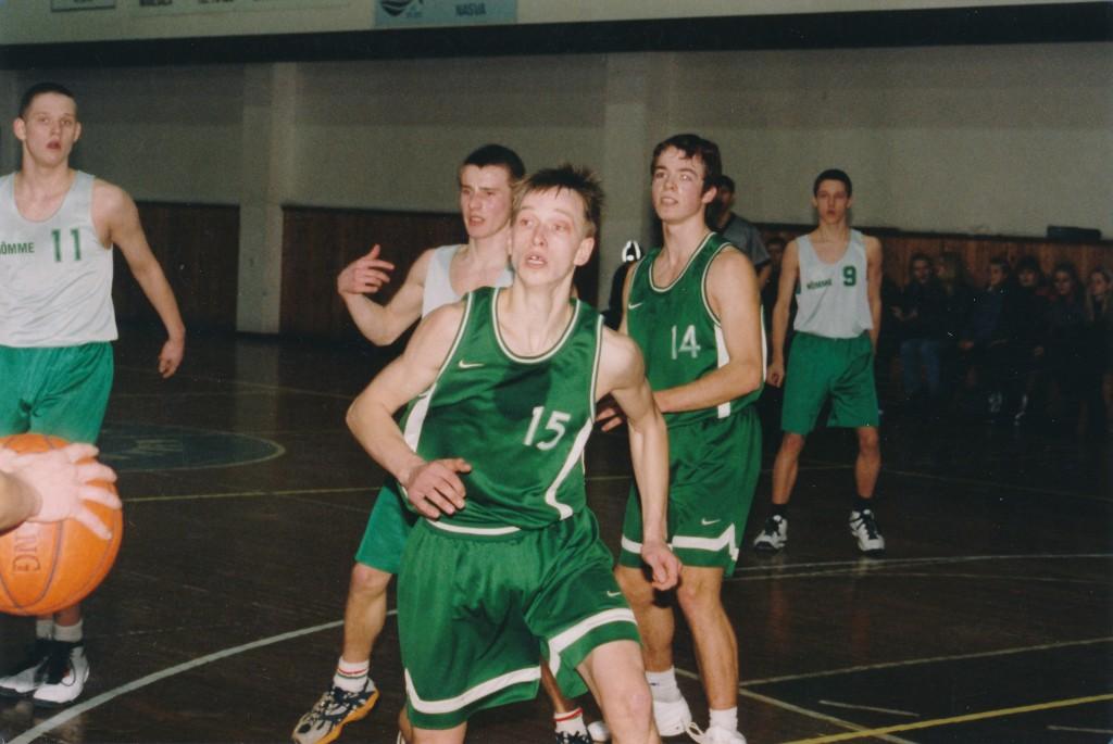 Urmo Talistu püüab pallini jõuda. Irina Mägi
