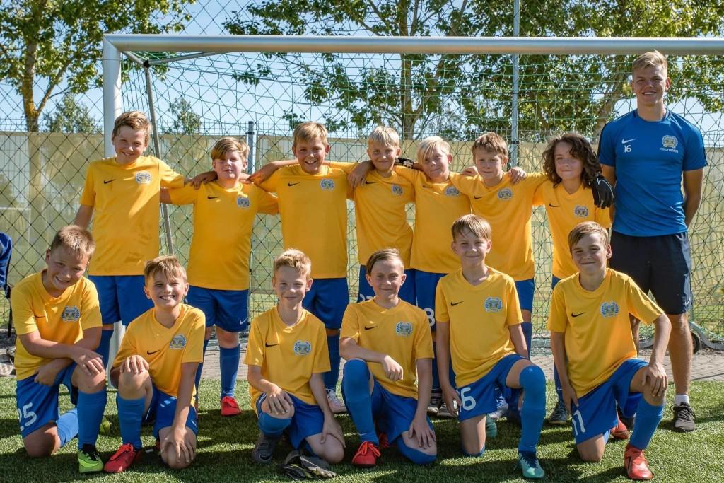 Treener Reivo Vinter oma poistega. FC Kuressaare