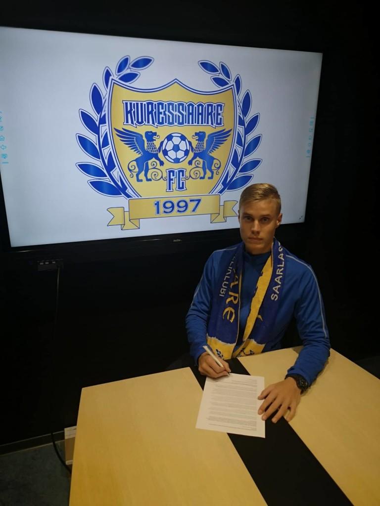 Marco Lukka lepinguid allkirjastamas. FC Kuressaare
