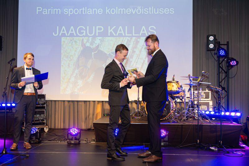 Jaagup Kallas saab auhinna Marti Häälelt. Rein Leib/Eesti Ratsaspordi Liit