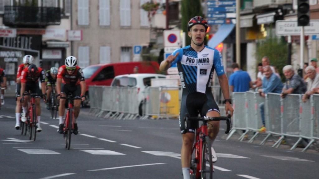 Võitjana finišis. facebook/FlorianneVerneCyclisme