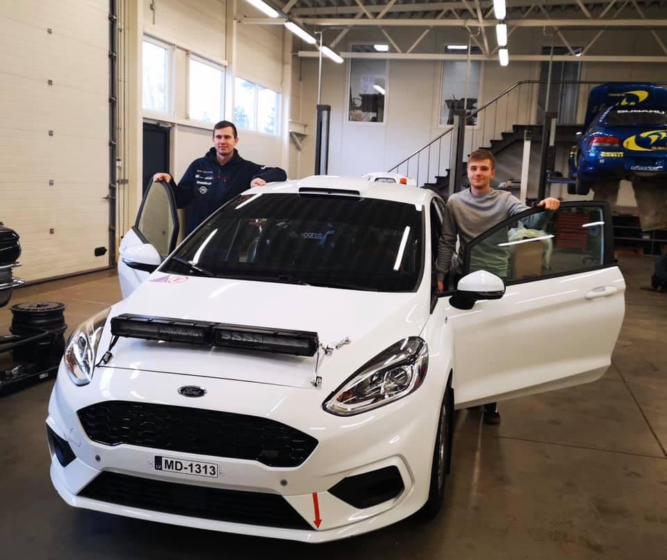 Sander Pruul ja Robert Virves uue autoga. Erakogu
