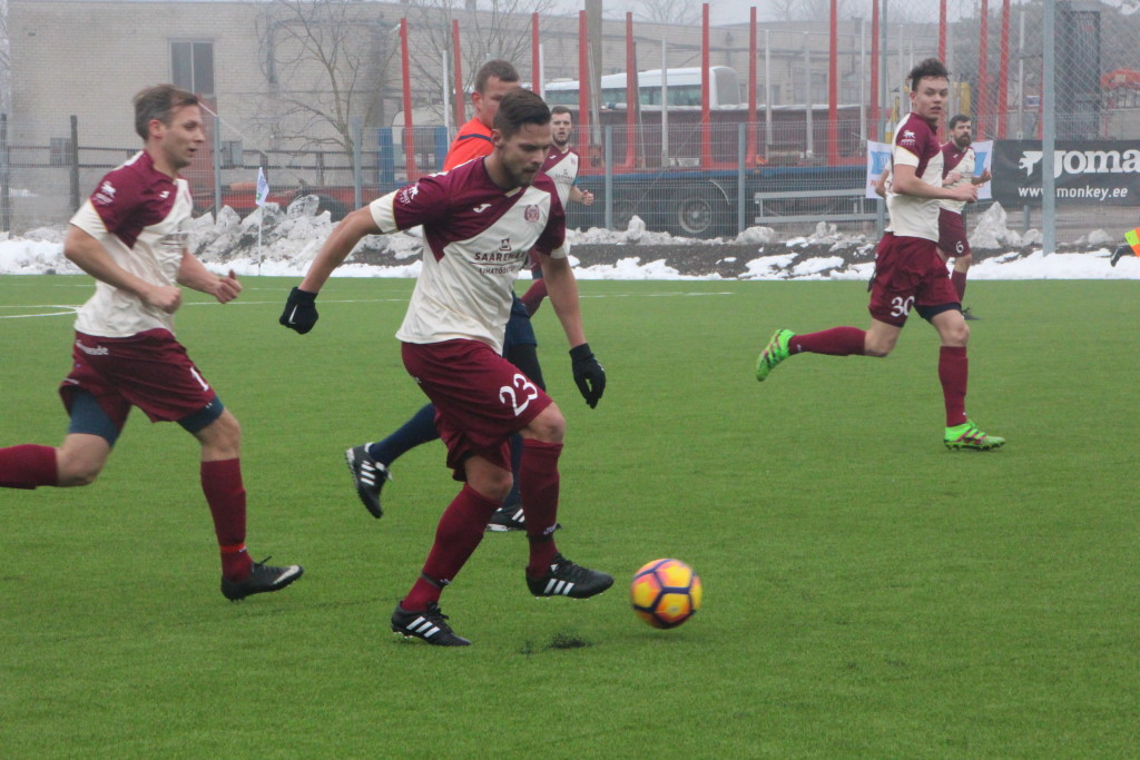 FC Kuressaare poolkaitsja Amor Luup rünnakul. Alver Kivi