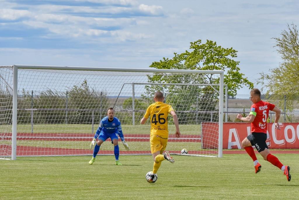 Otto-Robert Lipp teel väravale. Allan Mehik/soccernet