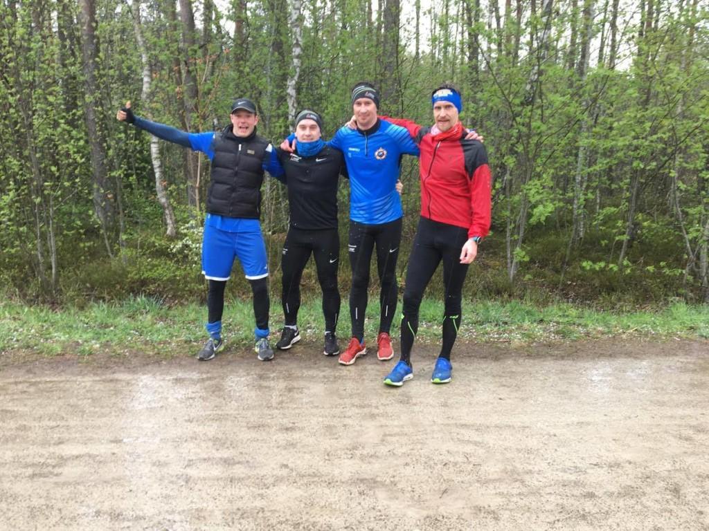 Mikk Rajaver koos treeningpartnerite Margus Rajaver, Urmas Rajaveri ja kogenud triatlonisti Indrek Reinbachiga. Erakogu