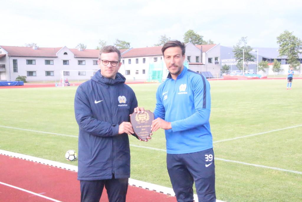 Meene 300 mängu täitumisest andis Elari Valmasele üle klubi tegevjuht Mario Pruul. Alver Kivi