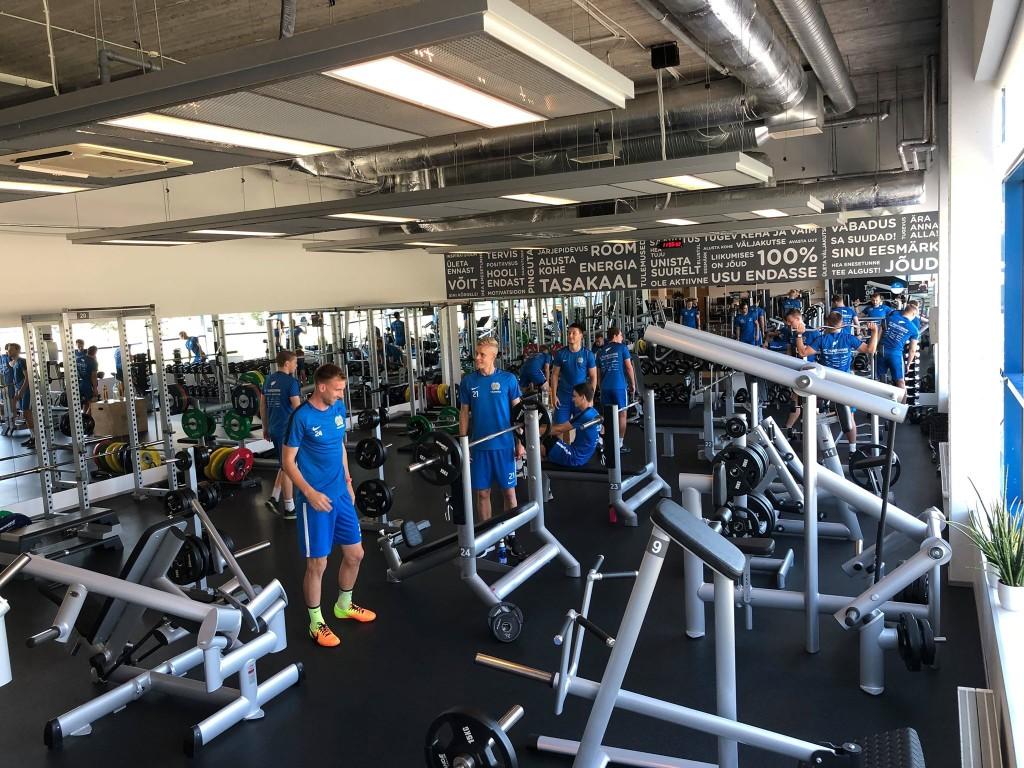 Mehed jõudu treenimas. FC Kuressaare