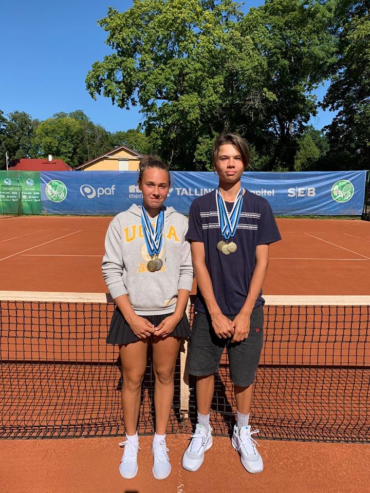 Grete Gull ja Ron Torn võidetud medalitega. Gerli Gull