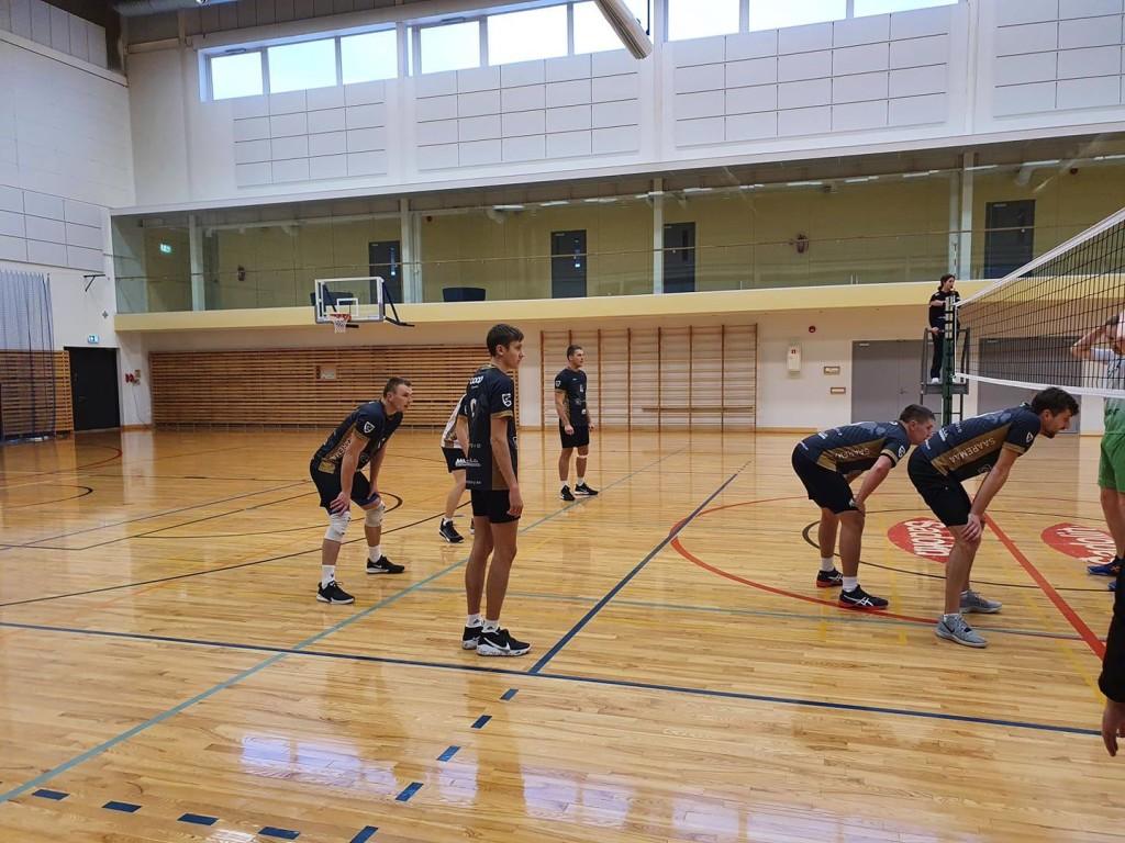 Mehed mängus. Saaremaa Võrkpalli Liit