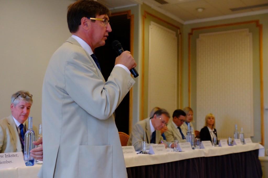 Jörgen Pettersson kõnet pidamas. IIGA