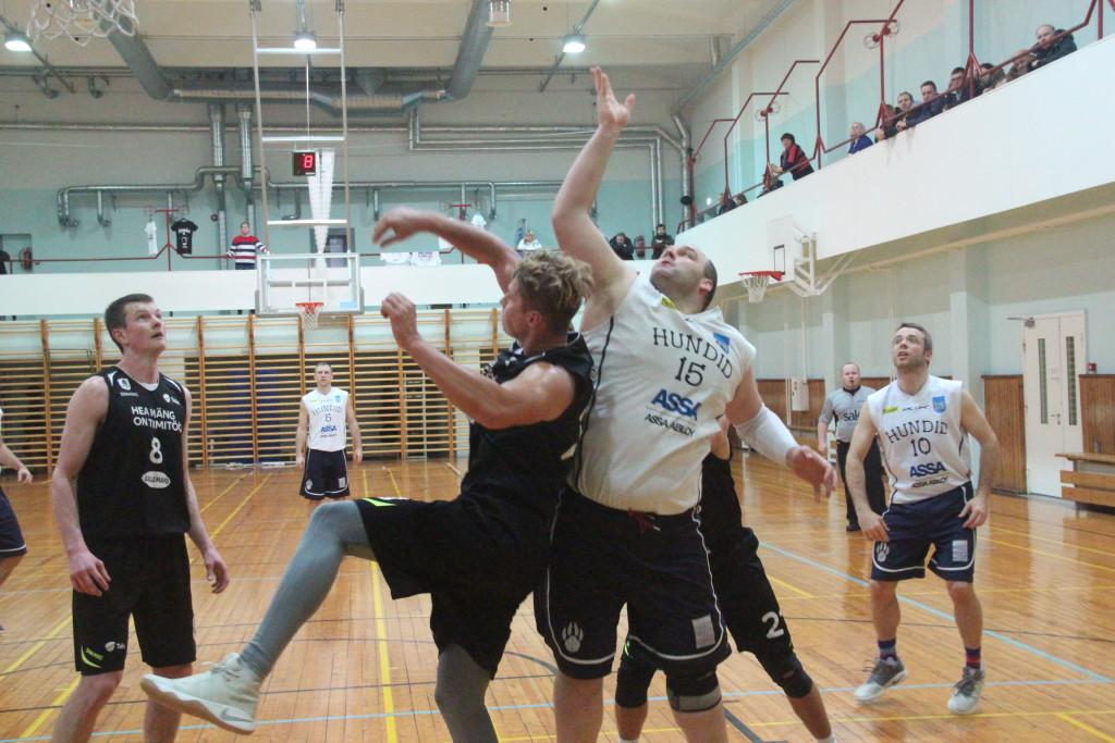 Viimati mängis Saaremaa meeskond esiliigas. BC Hundid keskmängija Raigo Sooär korvi all võitlemas. Alver Kivi