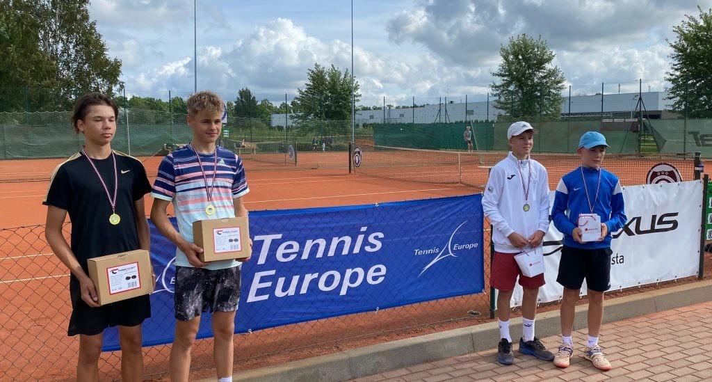 Vasakul Jelgava turniiri võitjad Ron Torn ja Hugo Roberto Loit, paremal seisavad finalistid vennad Raudkivid. Tennis Europe