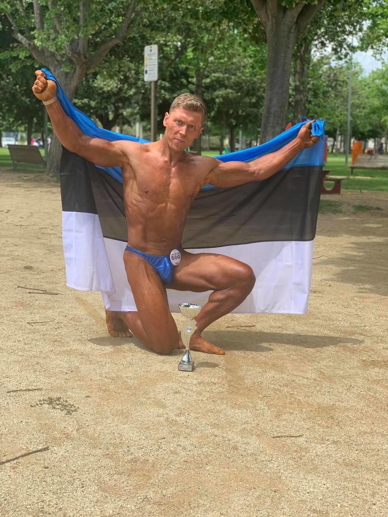Rain Kuusnõmm Eesti lipuga. Janika Koch-Mäe