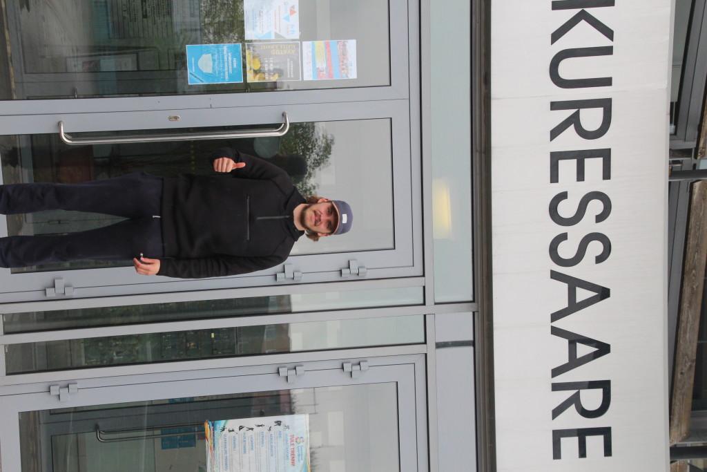 Kristjan Kombe Kuressaare spordihoone ees. Alver Kivi