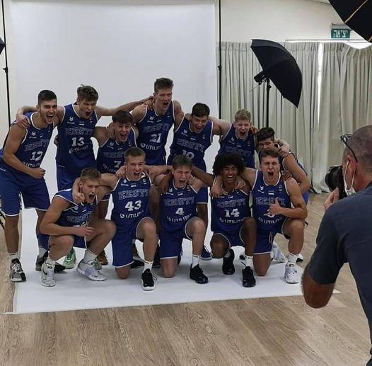 Koondis fotoseansil. basket.ee